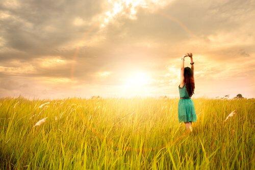 mujer-feliz-viendo-arco-iris